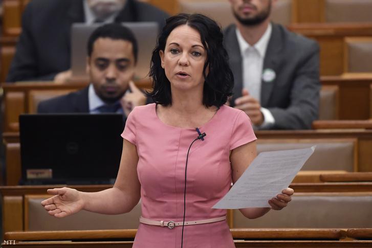 Szabó Tímea az Országgyűlés plenáris ülésén 2020. június 2-án.