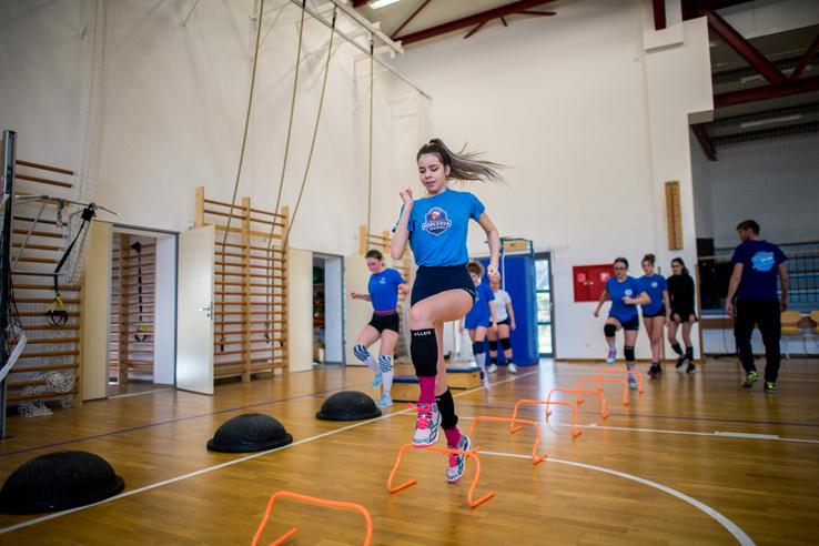 Bemelegítés a lányok edzésén