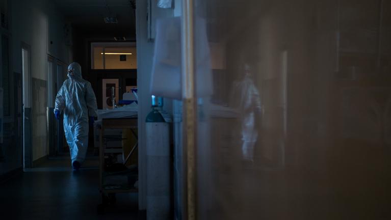 Drámai a járványhelyzet, közel a 15 ezerhez a koronavírus halottainak a száma