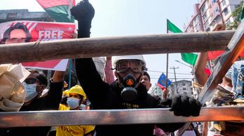 Tüzet nyitott a tüntetőkre a rendőrség Mianmarban