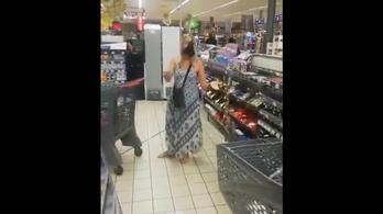 Lehúzta tangáját a boltban, és azt vette föl maszknak