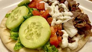 Idézd meg a gyros ízeit ezzel a fűszeres görögsalátával!