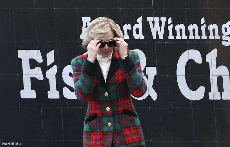 Igen ám, csakhogy a királyi család két szakértője azt állítja, ez a hétvége a valóságban meg sem történt, írta a Daily Mail.Robert Jobson és Ingrid Seward szerint Lady Diana 1990-ben volt legutoljára Sandringhamben, így a az a hétvége, amit a film meg akar örökíteni, színtiszta kitaláció.