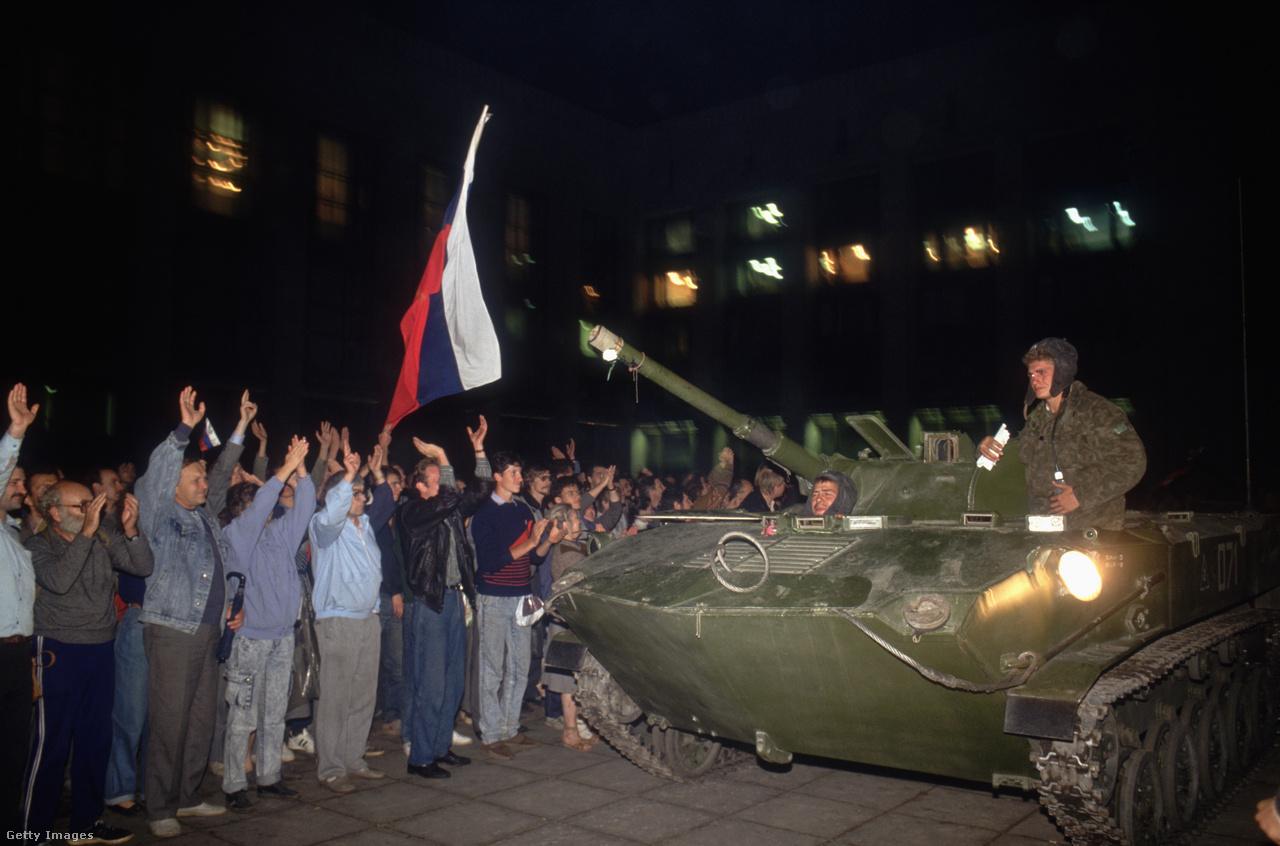 1991 augusztus 19-én saját kormányának tagjai, a hadsereg és a KGB magas rangú vezetői puccsot kíséreltek meg Mihail Gorbacsov, a Szovjetunió elnöke ellen. A puccs ugyan néhány nap alatt megbukott, azonban felgyorsította a Szovjetunió felbomlását, és a későbbi orosz elnök, Borisz Jelcin megerősödésében is fontos szerepet játszott.