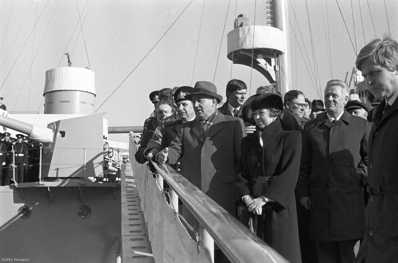 A Szovjetunió fennállásának hetvenedik évfordulóján, 1987-ben Gorbacsov és felesége ellátogatott a Leningrádban állomásozó Aurora orosz cirkálóra. A hadihajó részt vett az 1917-es októberi forradalomban, a változás időszakában a látogatásnak szimbolikus jelentősége volt. A hadsereg mindig is a szovjet társadalom egységét szimbolizálta, ám a haderőreformot Gorbacsov nem tudta megvalósítani.