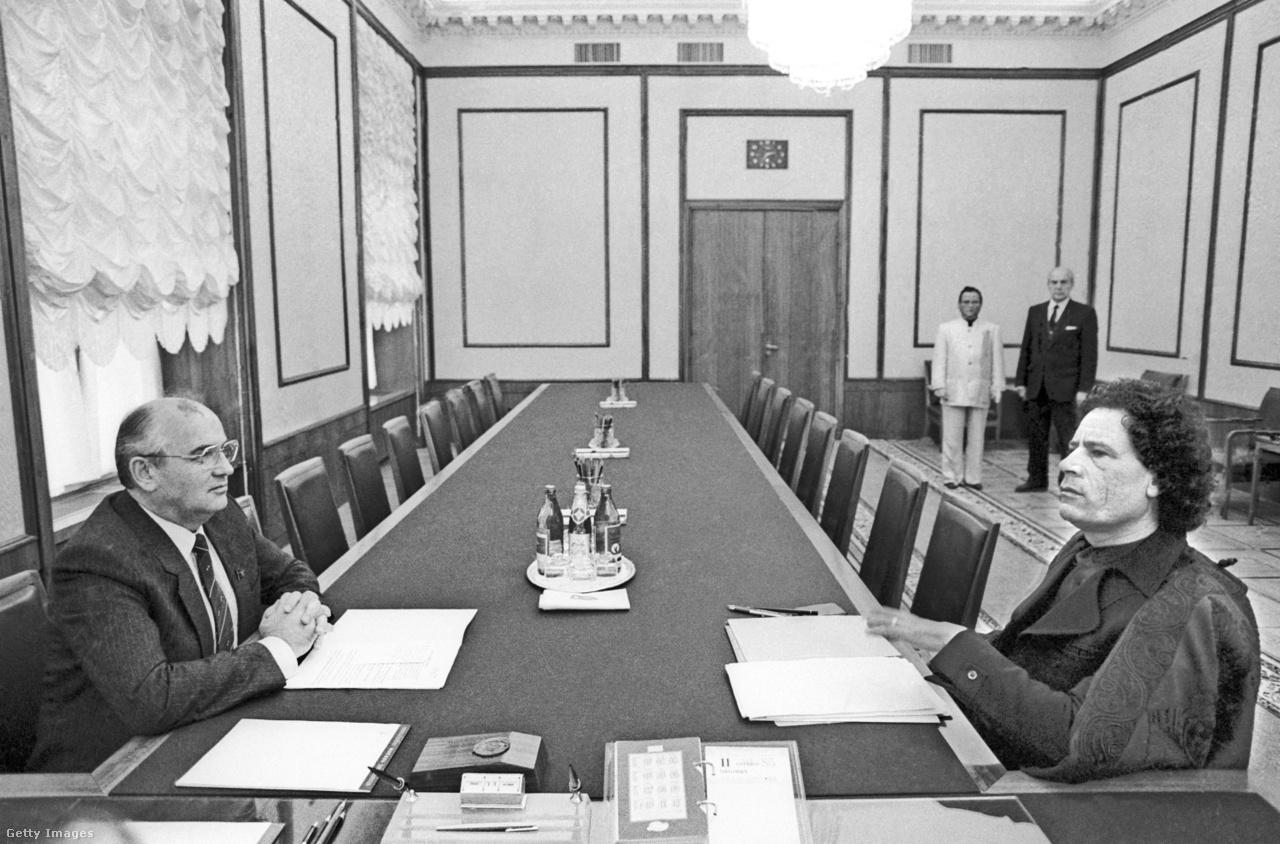 Csernyenko 1985. márciusában elhunyt, ami az SZKP élén is egyértelművé tette a fiatalítás szükségességét. Gorbacsov reformszellemisége főtitkári kinevezését követően azonnal megmutatkozott. Portréját a Vörös-téren rendezett felvonulásokon nem rakatta ki, többször leállt beszélgetni az utca emberével. Óvatosan hozzákezdett a pártelit fiatalításához is, ekkor került pozícióba későbbi kihívója, Borisz Jelcin is. Külpolitikájában is új útra vezette a Szovjetuniót. Kereste a kapcsolatot a nyugati világ vezetőivel, jelentősen mérsékelve a világégéssel fenyegető hidegháborús feszültségeket. A harmadik világ Szovjetunióhoz közel álló, forradalmi vezetőivel ugyanakkor nehezebben találta meg a hangot. A képen Gorbacsov Moammer Kadhafi líbiai vezetővel tárgyal Moszkvában, 1985-ben.