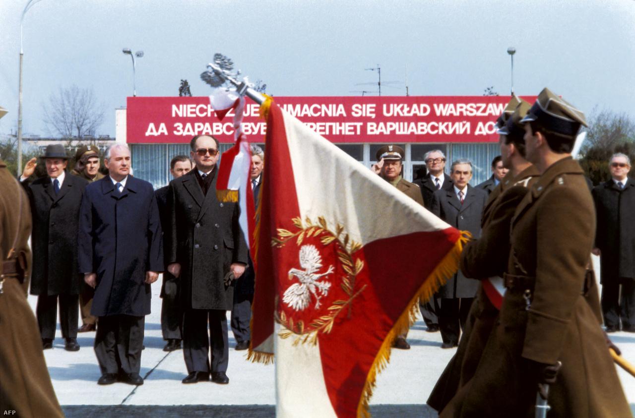 Jurij Adropov, az SZKP főtitkára 1984. februárjában elhunyt, halálos ágyán Gorbacsovot nevezte meg utódjaként. Az akkor 53 éves politikust azonban a Központi Bizottság túl fiatalnak találta, ezért a Szovjetunió vezetésével Konsztantyin Csernyenkót bízták meg. Az idős, beteges politikus azonban nem tudta maradéktalanul ellátni feladatát, az energikus Gorbacsov így fokozatosan előtérbe került. A képen Gorbacsov egy második világháborús megemlékezésen vesz részt Wojciech Jaruzelski lengyel kormányfővel Rjazany városában.
