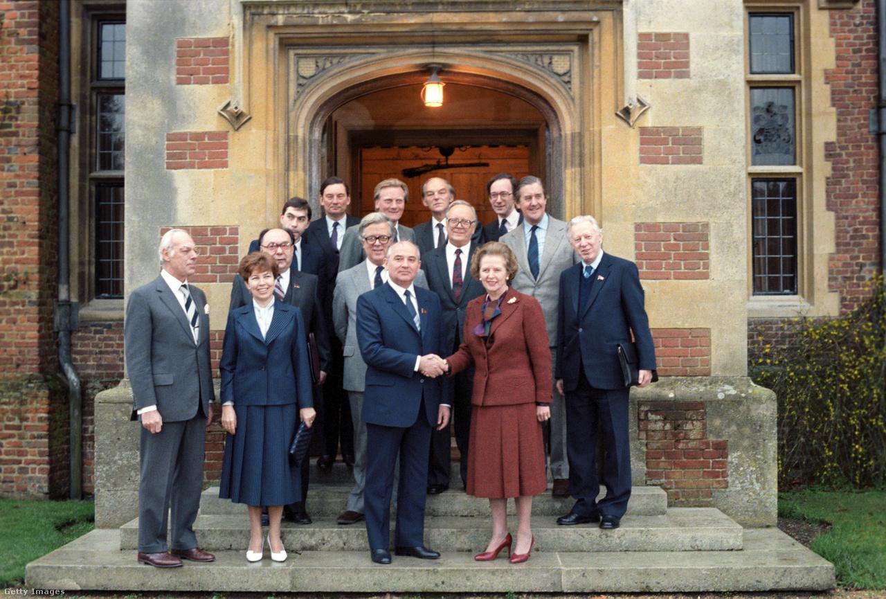 """""""Kedvelem Gorbacsovot. Együtt tudunk működni"""" – mondta Margaret Thatcher brit kormányfő a szovjet pártfőtitkárról egy interjúban. A Vaslady híres nyilatkozatának második része kevéssé ismert, pedig fontos támpont Gorbacsov gondolkodásának megismeréséhez. """"Mindketten hiszünk a politikai rendszerünkben. Ő az övében, én pedig az enyémben"""" – tette hozzá Thatcher. A fotó 1988-ban, Londonban készült."""