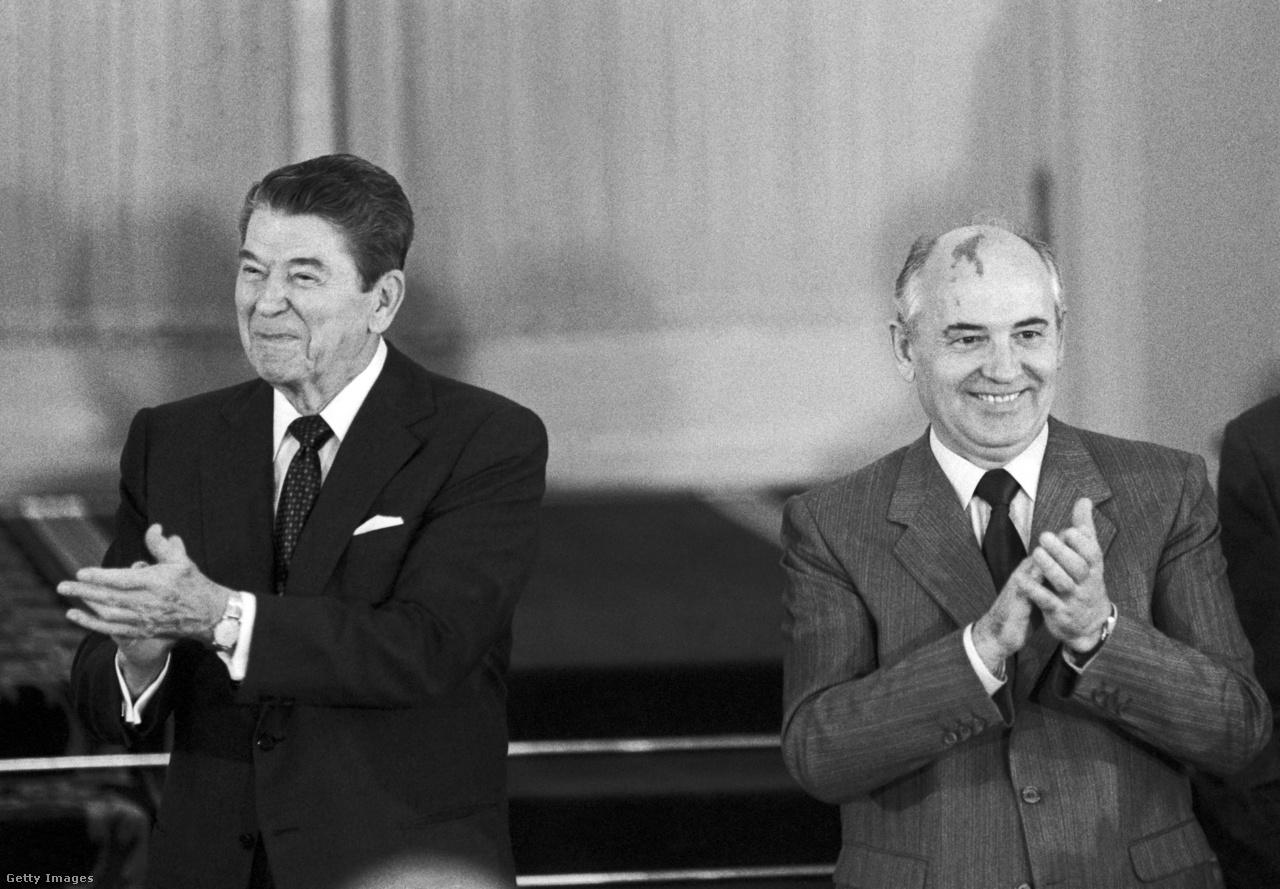 A Szovjetunió és az Egyesült Államok kapcsolatában Gorbacsov új korszakot hozott el, Ronald Reagan amerikai elnökkel többször, személyesen találkozott. 1987-ben volt a washingtoni csúcstalálkozó, aminek középpontjában biztonságpolitikai kérdések álltak. A két vezető beszélt regionális konfliktusokról, a vegyi fegyverek, valamint a hagyományos fegyverek ellenőrzéséről. A találkozó legfontosabb eredménye az INF-szerződés aláírása volt. A közepes hatótávolságú nukleáris rakéták leszereléséről szóló egyezmény következtében összesen 2692 nukleáris fegyvert semmisítettek meg a felek. A fotón Gorbacsov ünnepélyes fogadása látható az Andrews légi támaszponton.