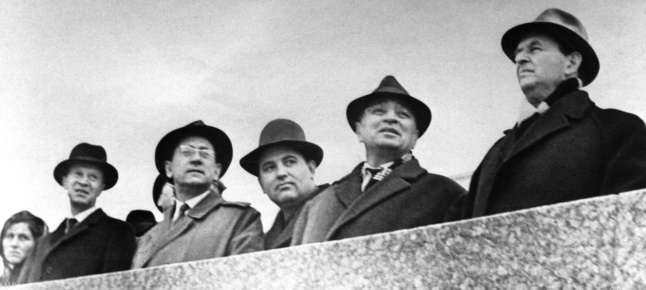 Gorbacsov 1952-ben lépett be a Szovjetunió Kommunista Pártjába. Karrierje gyorsan ívelt felfelé, részben mentorának, Jurij Andropov KGB-elnöknek köszönhetően. A párt mezőgazdasági ügyekért felelős első titkáraként a 70-es években az élelmezési ügyekre koncentrált. Később részt vett a kormányt fiatalító programban, mely során  a miniszterek, valamint a regionális kormányzók 20 százalékát leváltották. A képen Gorbacsov (jobbról a harmadik) a 60-as években, fiatal párttagként látható.