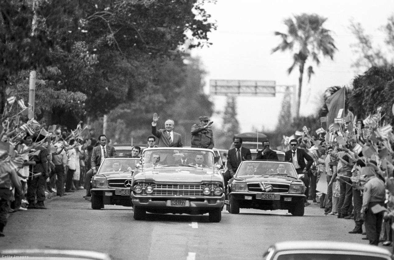 Brezsnyev után Gorbacsov volt a második szovjet vezető, aki ellátogatott a kommunista Kubába. Az 1989-es vizitnek a közép-amerikai ország megadta a módját, korabeli sajtóbeszámolók szerint félmillió kubai üdvözölte a pártfőtitkárt Havannában. Gorbacsov hat órán át tárgyalt Fidel Castroval, a találkozót követően a kubai vezető elégedetlenségének adott hangot. Gorbacsov ugyanis közölte, Moszkva a jövőben tartózkodik a forradalom exportjától. Castro ezzel kapcsolatban rámutatott, ez a döntés a Szovjetunió egységét veszélyezteti.