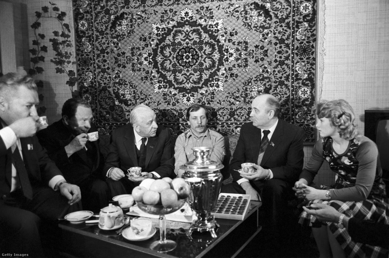 Hatalomra kerülését követően Gorbacsov meghirdette reformpolitikáját. Az 1985-ben elindított peresztrojka gazdasági-társadalmi csomagot takart, amit a politikai nyitás, a glasznoszty követett. Ennek köszönhetően valamennyi szakpolitikai kérdésben szemléletváltás következett. Eltávolodtak az atomfegyver alkalmazásának lehetőségétől, a katonai erő jelentőségét leértékelték, a társadalompolitikában Moszkva távolodni kezdett az osztályalapú megközelítéstől. A fotó Gorbacsony emberarcúbb vezetői stílusát emeli ki. Viktor Grisin moszkvai pártvezetővel egy fővárosi család otthonában találkozott.
