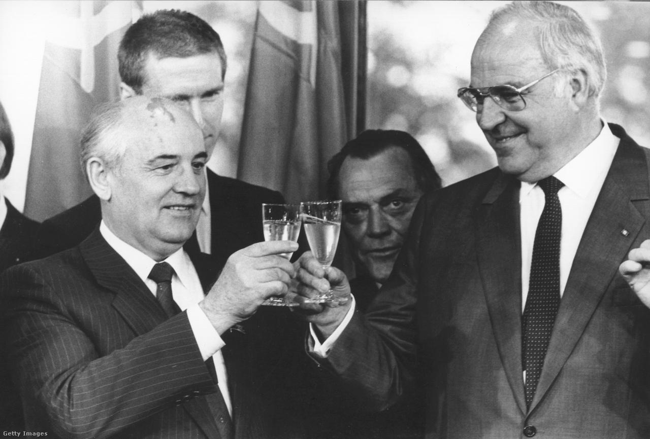 A kommunizmus bukása Európában a kettéosztott Németország egyesülésével kezdődött. Történelmi jelentőségű volt, amikor a berlini fal leomlása előtt pár hónappal Gorbacsov találkozott Helmut Kohllal, a Német Szövetségi Köztársaság kancellárjával. A fotón a két vezető koccint Bonnban, miután nyilatkozatban álltak ki a népek önrendelkezése mellett.