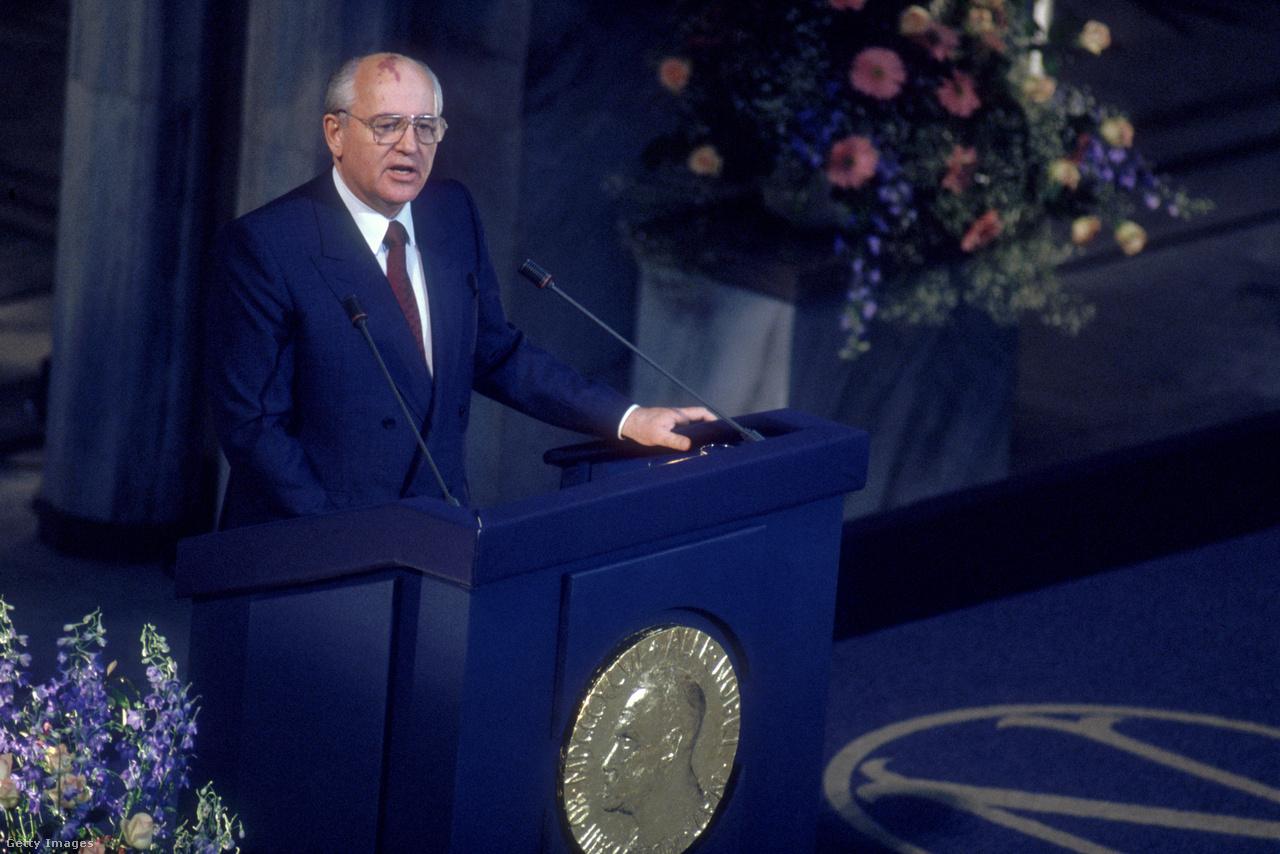 1990. október 15-én tette közzé Oslóban a norvég Nobel-bizottság, hogy a Nobel-békedíjat Mihail Gorbacsov szovjet elnöknek ítélték. Az indoklás szerint a szovjet politikus vezető szerepet játszott a nemzetközi békefolyamat előmozdításában, a kelet-nyugati kapcsolatok alapvető átalakulásában, és a szovjet társadalom nagyobb nyitottságának megteremtésével hozzájárult a nemzetközi bizalom megerősödéséhez. Beszédében Gorbacsov Immanuel Kantra hivatkozott. A német filozófus szerint az emberiség egy napon szembesül a dilemmával: vagy egyesülnek a nemzetek egymással, vagy pusztító háborúba kezdenek elindítva ezzel az emberi faj kipusztulását.