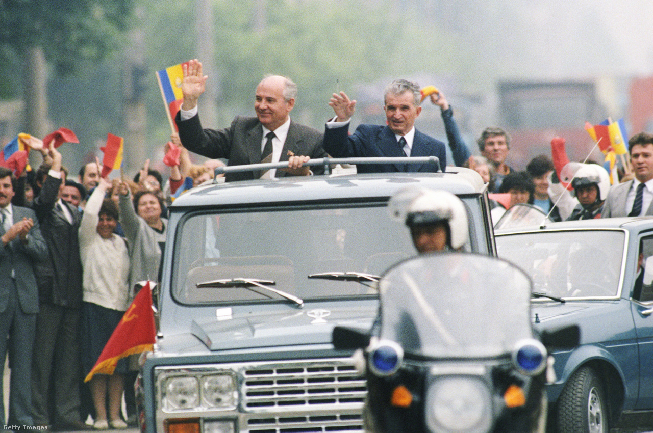 Miközben már a Szovjetunióban is reformfolyamatok indultak el, Nicolae Ceaușescu román diktátor ragaszkodott a keményvonalas politikához. Nyilvánosan bírálta Gorbacsov reformjait, mondván, Románia így is számos eredményt ért el az ország demokratizálásában. Gorbacsov 1987-ben látogatott el a kelet-európai országba, a fotón a két vezető látható. Korabeli sajtóbeszámolók szerint a találkozó feszült hangulatban telt. Gorbacsov tanácsai ellenére Ceaușescu a történelem rossz oldalára állt. Románia diktátorát és feleségét 1989 decemberében kivégezték.