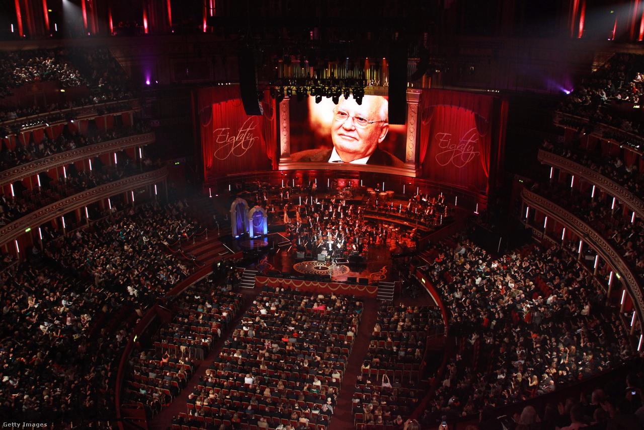 """2011 március 30-án, a londoni Royal Albert Hallban ünnepelték Mihail Gorbacsov 80-ik születésnapját. Az esemény híre bejárta a világsajtót. A gála műsorvezetője Kevin Spacey és Sharon Stone hollywoodi színészek voltak, de felköszöntötte az utolsó szovjet elnököt mások mellett Bill Clinton, Milla Jovovich, Sting, Bono és Arnold Schwarzenneger is. Az eseményről a The Atlantic is beszámolt. Az amerikai hetilap szerint Gorbacsov így búcsúzott: """"Találkozzunk máskor is. Ne egy ilyen nagy koncerteremben, hanem egy falu szerény közterén. A legnagyobb boldogság számomra az, ha az emberekkel beszélgethetek"""". Az idézetet követően a The Atlantic hozzátette: az est végén Gorbacsov beült rózsaszín belsejű limuzinjába, és elhajtott."""