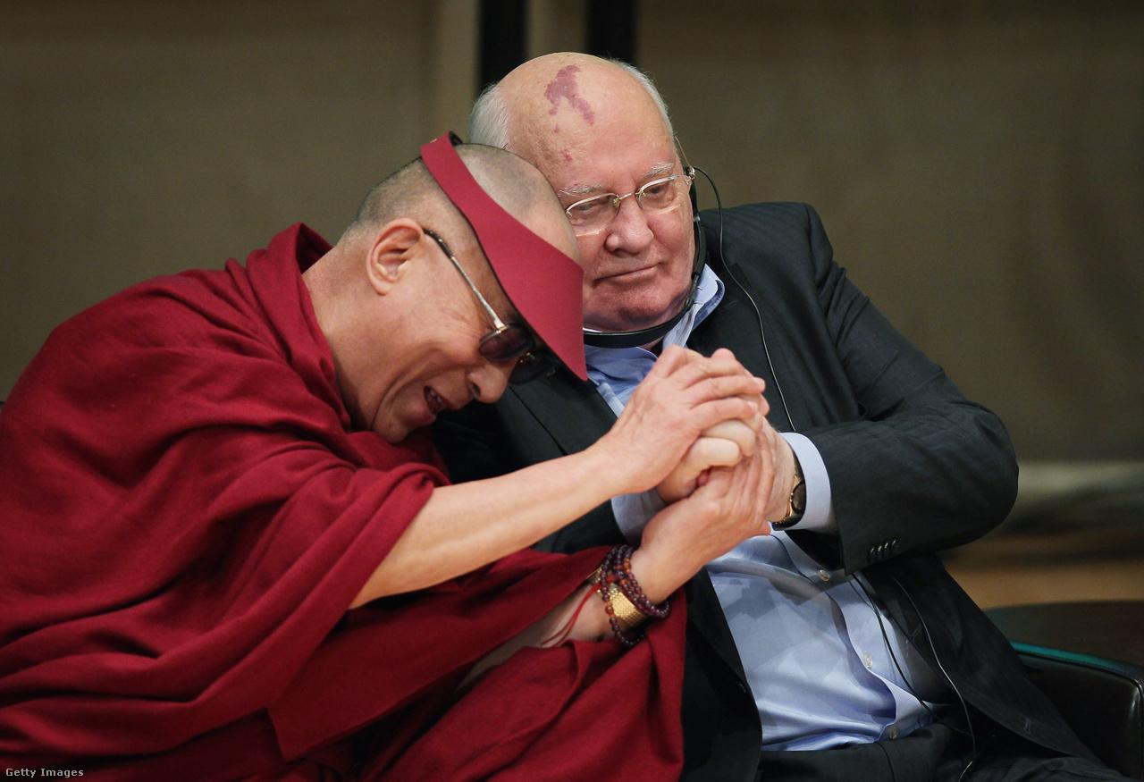 Mihail Gorbacsov és a Dalai Láma 2012-ben, a Nobel-békedíjasok találkozóján. A buddhista vezető már 2008-ban arra kérte a volt szovjet elnököt, hogy közvetítsen Tibet ügyében közte, és a kínai vezetés között.