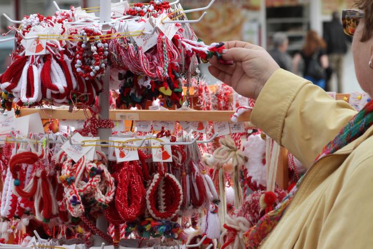 Egy nő márciuskákat nézeget egy szófiai piacon Bulgáriában