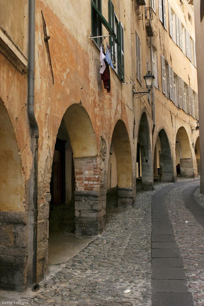 Ligúria kis falvaiban gyakoriak az ilyen árkádok, mint ahogy ezen a képen is látható