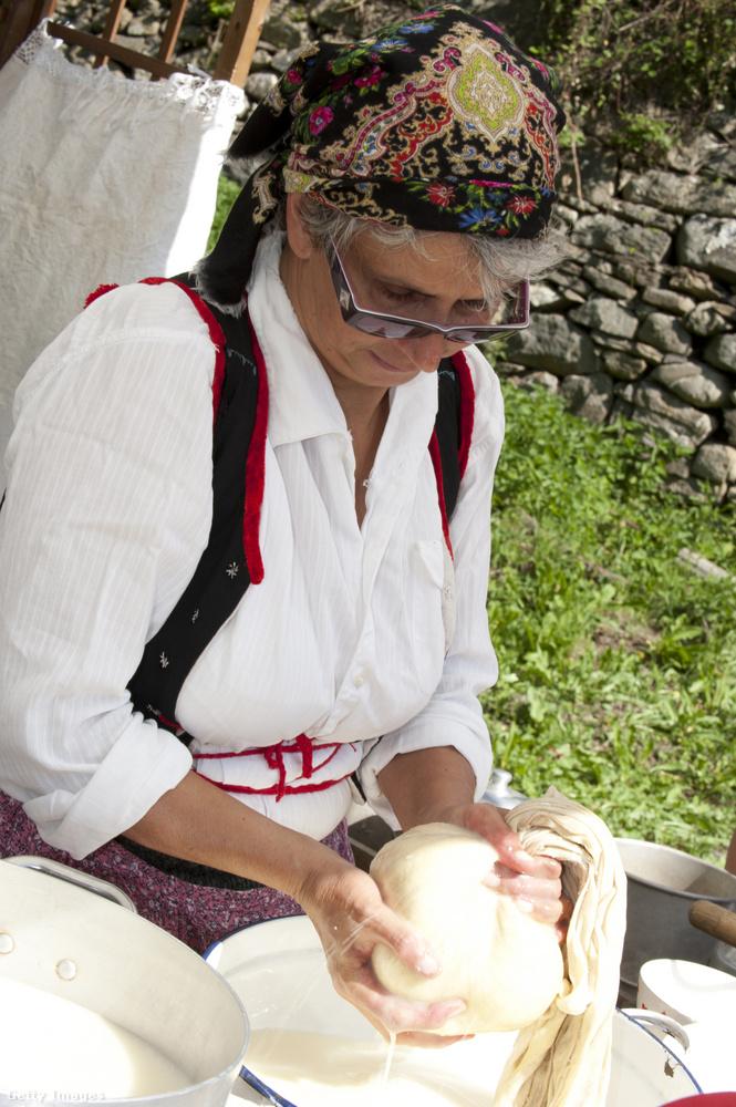 A trélerben idős nénik is feltűnnek, íme, hogy néz ki egy igazi idős néni Ligúriában, amikor népviseletbe öltözik.