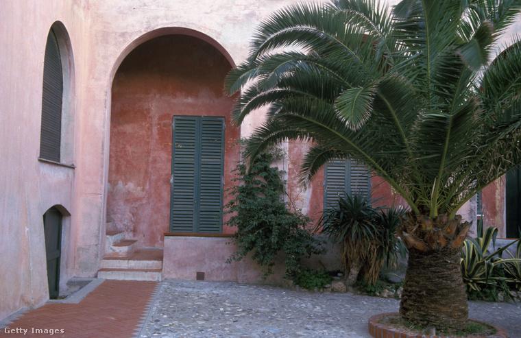 Még egy tipikus, árkádos, színes ház Ligúriából.
