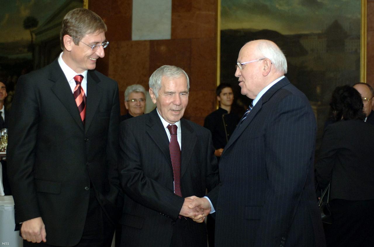 Emlékezetes maradhatott a magyar hírfogyasztók számára Mihail Gorbacsov 2007-es budapesti útja. Az akkor már nyugdíjas szovjet vezető Horn Gyula 75. születésnapjára látogatott el Magyarországra. Az esemény pár nappal azután történt, hogy Sólyom László köztársasági elnök megtagadta a volt szocialista kormányfő kitüntetését, amiért Horn részt vett az 1956-os forradalom leverésében. Ez megadta az összejövetel alaphangulatát. Horn Gyula kínossá vált ünnepi beszédét Gyurcsány Ferencnek kellett megszakítania, Gorbacsov pedig az eseményen kijelentette: szükséges volt a szovjet csapatok 1956-os bevonulása.