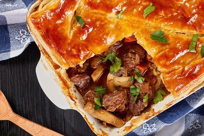 Sűrű, sörös marharagu ropogós leveles tésztával sütve - Nagyon tartalmas a húsos pite