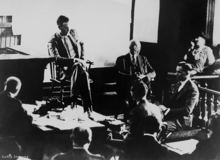 Egy korabeli fénykép a Lindbergh-perről: bal oldalon Lindberghül, a jobb oldalon a vádlott, Hauptmann