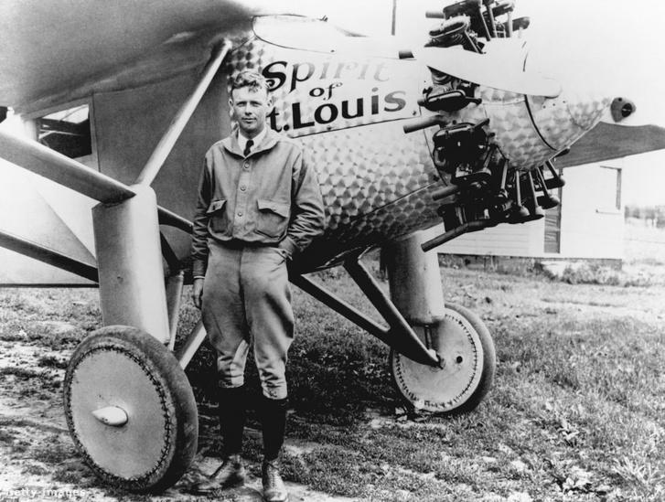 Charles Lindbergh a Spirit of St. Louis mellett állva, amellyel átkelt az óceánon