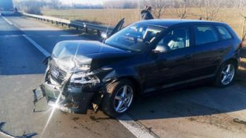 Szlovák kamionnal ütközött egy magyar személyautó az M0-son