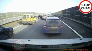 Videó: így kell kiszedni egy részeg sofőrt a forgalomból