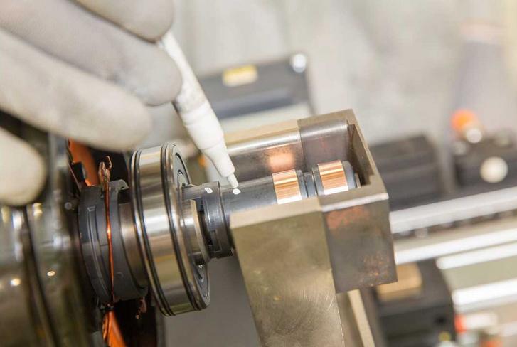 Így néz ki közelről a két csúszógyűrű, amin az egyenáramot vezetik a tekercselt forgórészbe (Renault Zoe)