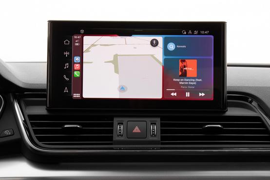 Vezeték nélkül tud tölteni és az Apple CarPlay-hez sem kell kábel