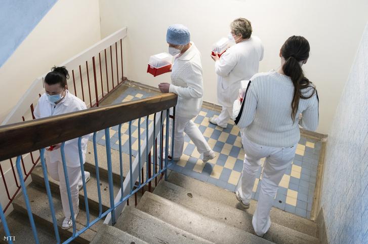 Az oltópontok munkatársai az oltópontokra viszik a koronavírus elleni oltóanyagot a nyíregyházi Jósa András Oktatókórház Labordiagnosztikai Osztályán 2020. december 27-én