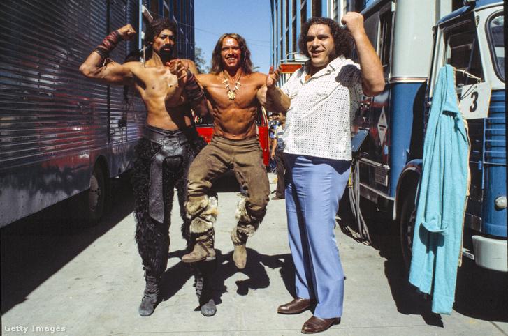 Wilt Chamberlain, Arnold Schwarzenegger és Andre az Óriás a Conan a Pusztító című film forgatásán Mexikóvárosban 1983-ban