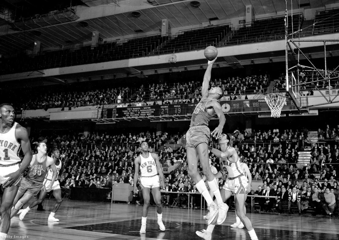 Wilt Chamberlain (Philadelphia Warriors) lepattanót szerez meg Phil Jordan (New York Knicks) elől 1962. január 30-án. A mérkőzést a New York Knicks nyerte 115-108 eredménnyel.