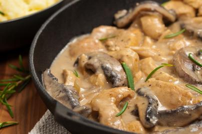Vajpuha csirkemell stroganoff módra: krémes, tejszínes szósszal készül a hús