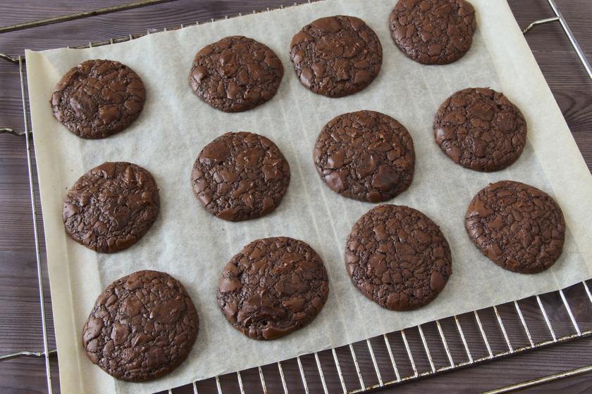 Csupa csokis brownie-s keksz villámgyorsan: kívül roppanós, belül szinte krémes