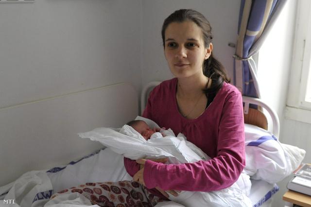 Malicsek Katalin tartja karjában újszülött kislányát Üveges Anna Lénát