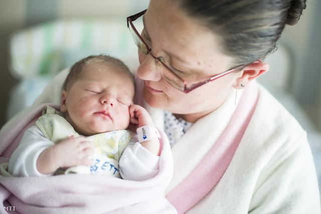 Sándorné Forró Tünde tartja karjában újszülött kislányát Sándor Lizettet