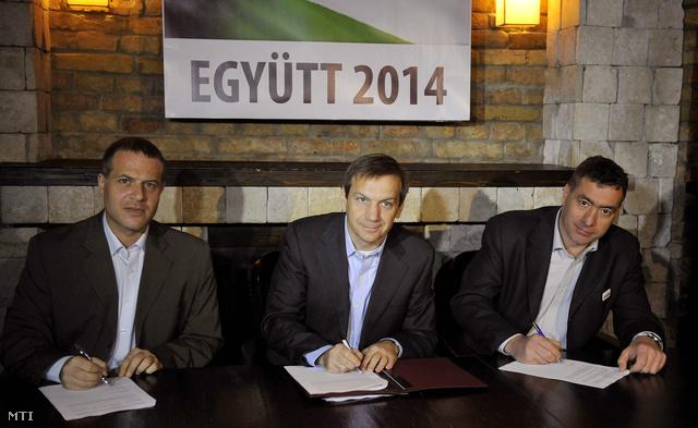 Juhász Péter, Bajnai Gordon és Kónya Péter (b-j) aláírják az Együtt 2014 megalapításáról szóló megállapodást