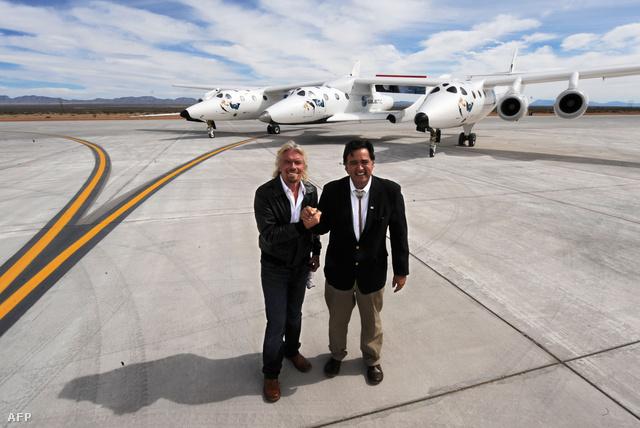 Richard Branson a Virgin Galactic tulajdonosa és Bill Richardson a VSS Enterprise űrrepülővel