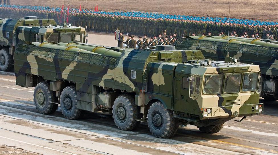 Az Udmurtföldön gyártott 9M72 Iszkander rövid hatótávolságú, harcászati kvázi-ballisztikus rakétarendszer fő feladata a hadszintéren belüli ellenséges célok, rakétaindító állások, repülőtéren álló repülőgépek, parancsnoki állások és kommunikációs csomópontok, polgári infrastrukturális célpontok megsemmisítése. Két változata van, az orosz hadsereg a 415 kilométeres hatótávval, 800 kilogramm hasznos teherbírással rendelkező rakétákat használják, míg az exportra gyártott típus csak 280 kilométer messze jut el, és csak 415 kilogrammnyi terhet bír el. Az Iszkander a teljes röppályáján irányítható marad, még a repülés végső szakaszában is képes radikális pályamódosításra, illetve ál-robbanófejek vetésére.A repesz-robbanófej mellett páncéltörő és bunker ellen bevethető változata is van, az orosz hadsereg pedig 10-50 kilotonnás nukleáris töltetet is tart hozzá.