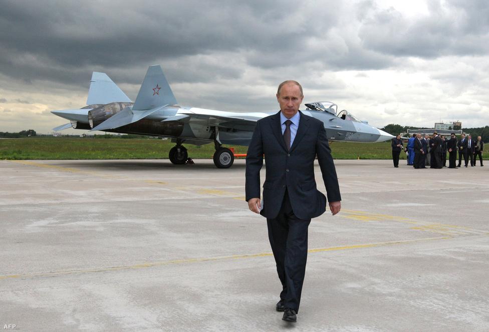 Vlagymir Putyin orosz miniszterelnök sétál egy Szuhoj T-50-es előtt.A T–50-es, vagy hivatalos nevén a PAK FA egy ötödik generációs, szuperszonikus vadászbombázó, az orosz válasz az amerikai F–22 Raptor és az F–35 Lightning típusokra (ráadásul sokkal olcsóbb, alig tízmilliárdos fejlesztési költségű válasz). A rendszerbeállítás 2015 környékén várható, jelenleg három példány van gyártás alatt, először 2010 januárjában repült. Az első tíz gép után az orosz hadsereg további hatvan megvásárlását tervezi. A típus becsült szolgálati ideje három évtized.
