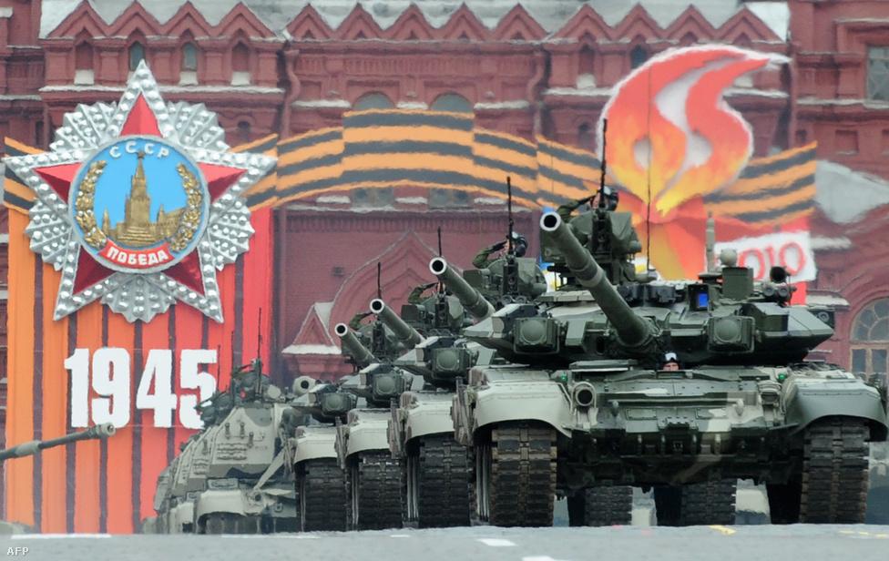 T-90-es tankok vonulnak fel a Győzelem napján rendezett parádén, a Vörös téren, Moszkvában. A T–72-es továbbfejlesztéséből született harckocsi pillanatnyilag a legfejlettebb páncélos, amit az orosz hadsereg használ, 125 milliméteres löveggel, hőkamerával, reaktív páncélzattal. A tankhoz elektromágneses impulzussal működő fegyvert is fejlesztettek, de ezt egyelőre nem állították aktív szolgálatba.