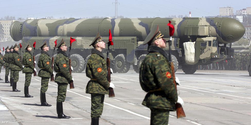 Orosz katonák állnak a Topol-M típusú, interkontinentális ballisztikus rakéták mellett a Győzelem napján megrendezett parádén. A 22,7 méter hosszú, 19,9 méter átmérőjű rakéta 47 200 kilogramm súlyú, sebessége eléri a 26 ezer kilométert óránként, 11 000 kilométeres hatósugárban 200 méteres pontossággal találja el a célt. A három fokozatú, szilárd hajtóanyagú rakéta akár hosszú időn keresztül és készenlétben tartható. Indítása történhet közvetlen atomtalálatok ellen is biztosított silóból, vagy egy, a terepakadályokat könnyedén leküzdő mobil platformról is. Az orosz források szerint a rakéta képes kicselezni az összes, ma fejlesztés alatt álló amerikai rakétavédelmi rendszert, állítólag nemcsak csalitöltetek vetésére képes, de kitérő manővereket is tehet. A rakéta ügyesen rejtőzködik: már a fellövést is nehéz kiszúrni, és az akár atomtöltettel felszerelt csapásmérő fejek azt követően is irány tudnak váltani, hogy elhagyták a hordozófokozatot. 78 van belőle rendszerben, újat már évek óta nem állítottak csatasorba, váltótípusa az RS–24.