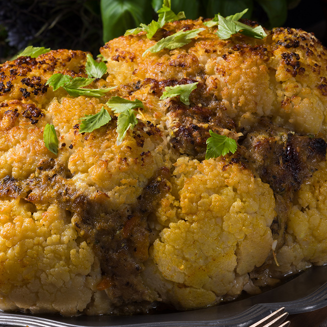 Fűszeres darált hússal töltött karfiol: a zöldség egészben kerül a sütőbe