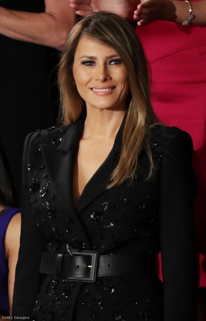 Melania Trump Michael Kors kosztümben ragyogott férje első kongresszusi beszédén. A szokatlan öltözék természetesen nem tetszett mindenkinek, egyesek szerint túl kirívó volt, de akadtak olyanok is, akik pusztán merész választásként aposztrofálták a nem mindennapi ruhát. Egy biztos, Donald Trump gyönyörű felesége nem bízta a véletlenre, 9590 dollárt, több mint 2,8 millió forintot költött a csillogó szerelésre.
