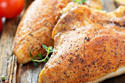 Elképesztően puha sült csirkemell 3 hozzávalóból – A sok vajtól lesz omlós a hús