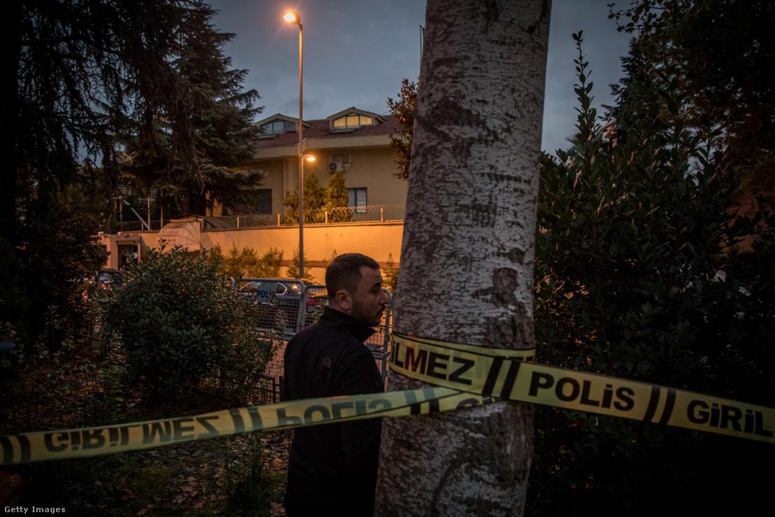Lezárt terület a szaud-arábiai konzulátus előtt 2018. október 15-én Isztambulban.